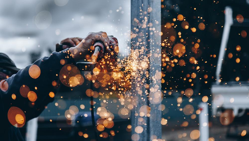 Étincelles de métal sur un chantier